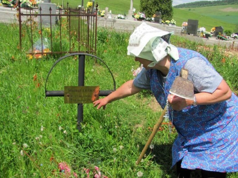 Family heritage tour - help of local lady at the cemetery in Udol, Slovakia